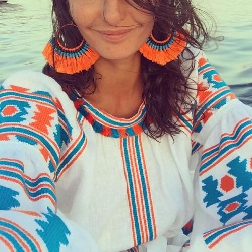 Di nuovo Giovanna Battaglia che sembra essere la prima fan (insieme ad Anna dello Russo che possiede vyshyvanka di ogni colore)